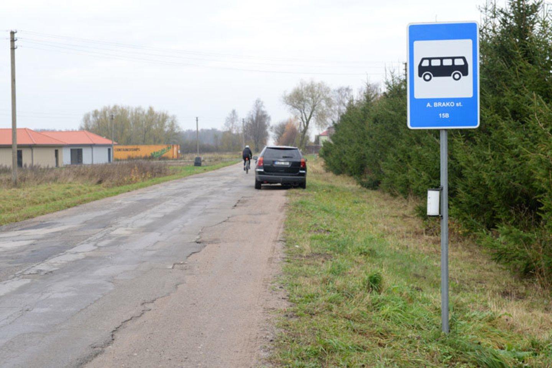 Moteris tikino, jog Kalotėje esančios autobuso stotelės yra nesaugios ir tikėtina, kad ten gali nutikti nelaimė, tačiau praėjus daugiau nei 7 mėnesiams problema vis dar neišspręsta.<br>V.Jurevičienės nuotr.