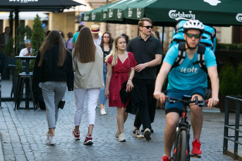 vasara stiliukas žmonės žmonės, kavinės, barai, Vilniaus gatvė, šiluma, stilius, karantinas, geras oras<br>T.Bauro nuotr.