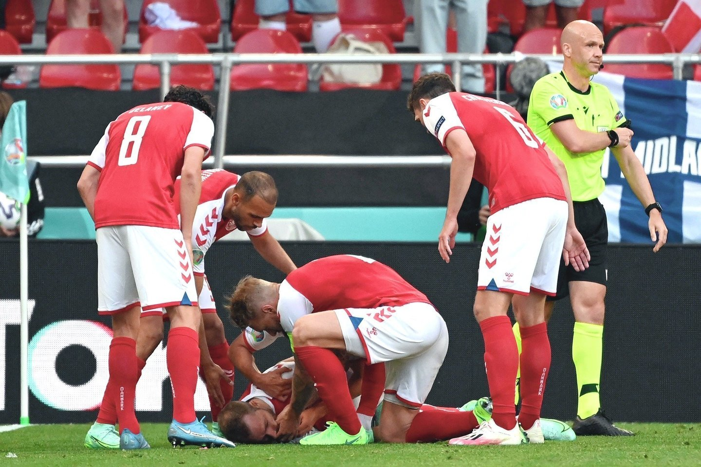 """Danų futbolininkas Ch.Eriksenas susmuko aikštėje pirmojo kėlinio pabaigoje.<br>AFP/""""Scanpix"""" nuotr."""