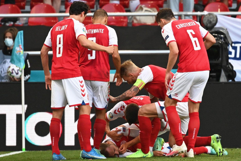 Danų futbolininkas Ch.Eriksenas susmuko aikštėje pirmojo kėlinio pabaigoje.<br>Reuters/Scanpix nuotr.