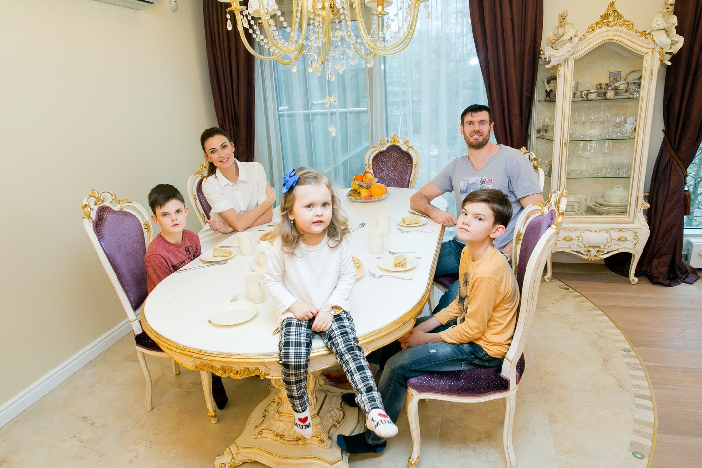 Tatjana ir Kšištofas Lavrinovičiai su šeima.<br>T.Bauro nuotr.