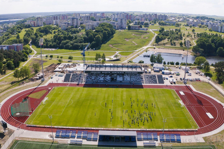 Jonavoje atidarytas atnaujintas natūralios dangos centrinis miesto stadionas, kurio tribūnose telpa 2 tūkst. žiūrovų.