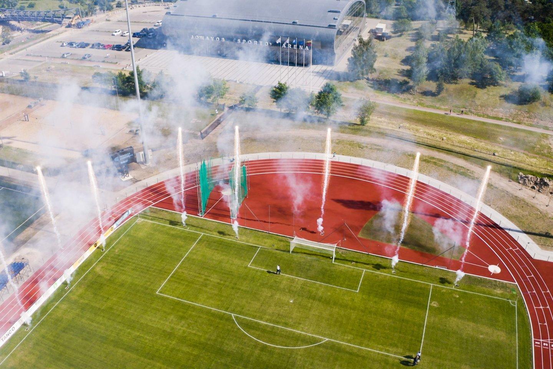 Jonavoje atidarytas atnaujintas natūralios dangos centrinis miesto stadionas, kurio tribūnose telpa 2 tūkst. žiūrovų.<br>A. Reipos nuotr.