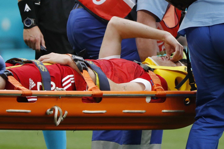 Mario Fernandesas išvežamas į ligoninę.<br>AFP/Scanpix.com nuotr.