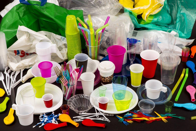 Jau nuo liepos kai kurių vienkartinių plastikinių gaminių nebeišvysime nei parduotuvėse, nei kavinėse ar baruose.<br>Scanpix nuotr.