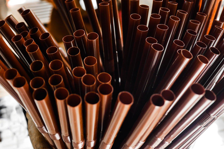 Jau nuo liepos kai kurių vienkartinių plastikinių gaminių nebeišvysime nei parduotuvėse, nei kavinėse ar baruose.<br>123rf.com