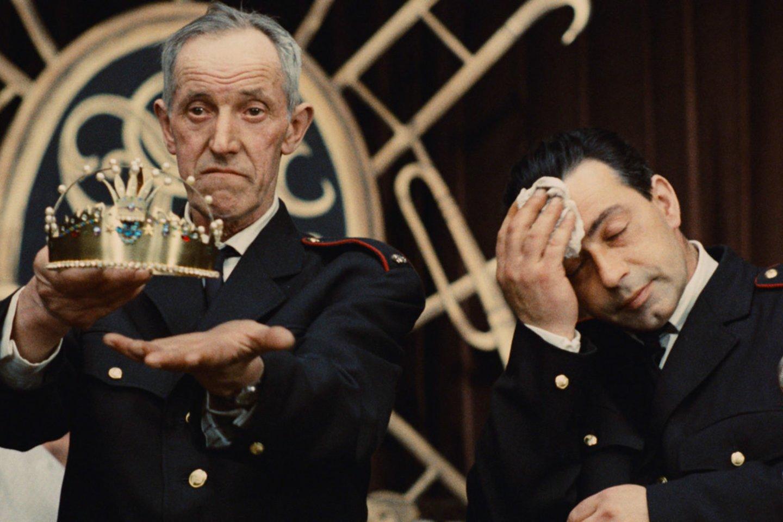 """Milošo Formano (1932–2018) """"Gaisrininkų balius"""" (""""Hoří, má panenko"""", 1967).<br>Filmo kadras."""
