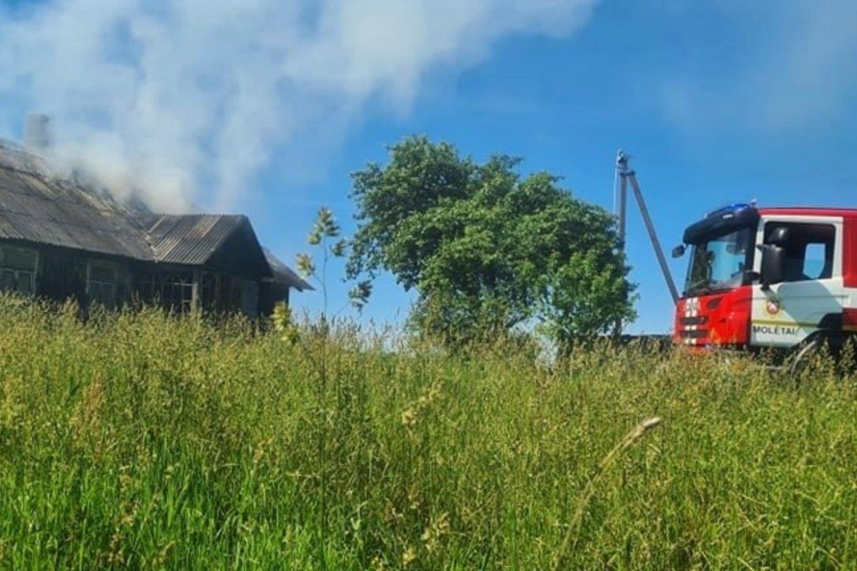 Per gaisrą Molėtų r. žuvo vyras.<br>Facebook/Molėtų priešgaisrinė gelbėjimo tarnyba nuotr.