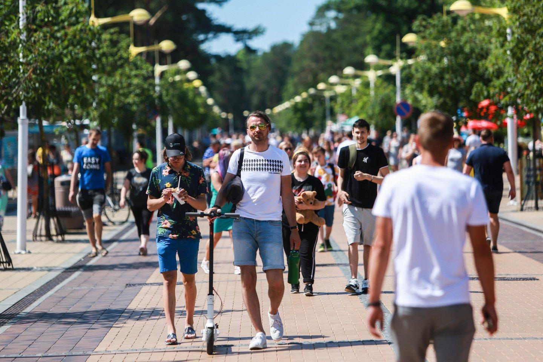 Tikrasis sezonas Palangoje tradiciškai prasidėdavo po Joninių, bet šiemet žmonės plūstelėjo nuo birželio pradžios.<br>G.Bitvinsko nuotr.