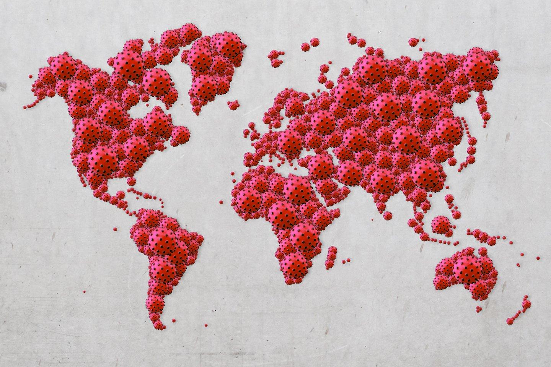 Jeigu visos SARS-Cov-2 dalelės, cirkuliuojančios žmonėse visame pasaulyje, būtų surinktos į vieną vietą, jos svertų maždaug nuo vieno obuolio iki mažo vaiko svorio.<br>123rf iliustr.