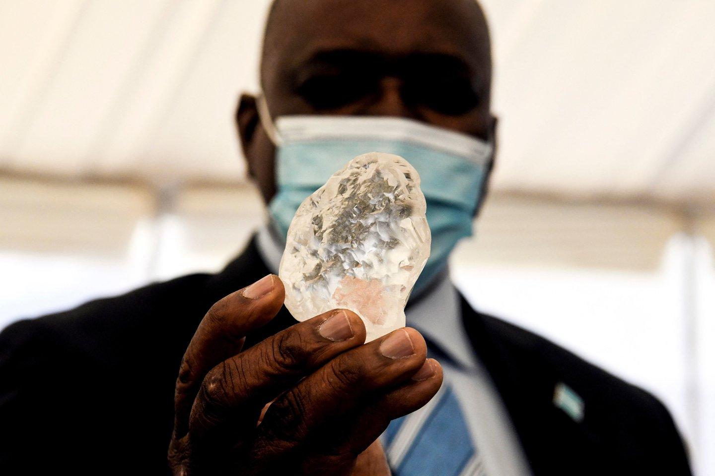 Akmens svoris yra 1098 karatai – ir tai yra tik vos vos mažiau už antrąjį pagal dydį lig šiol surastą deimantą.<br>AFP / Scanpix nuotr.