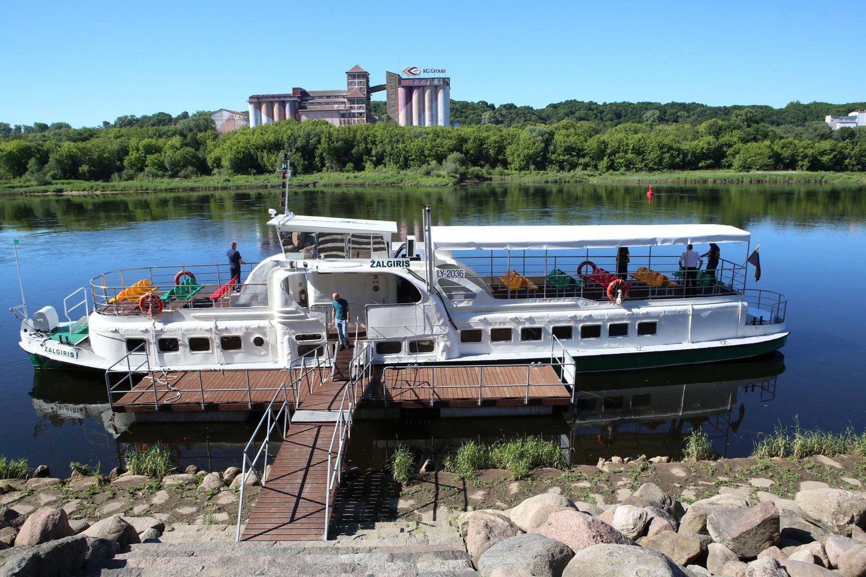 """Laivas """"Žalgiris"""" plukdys keleivius nuo Nemuno salos iki Kulautuvos.<br>M.Patašiaus nuotr."""