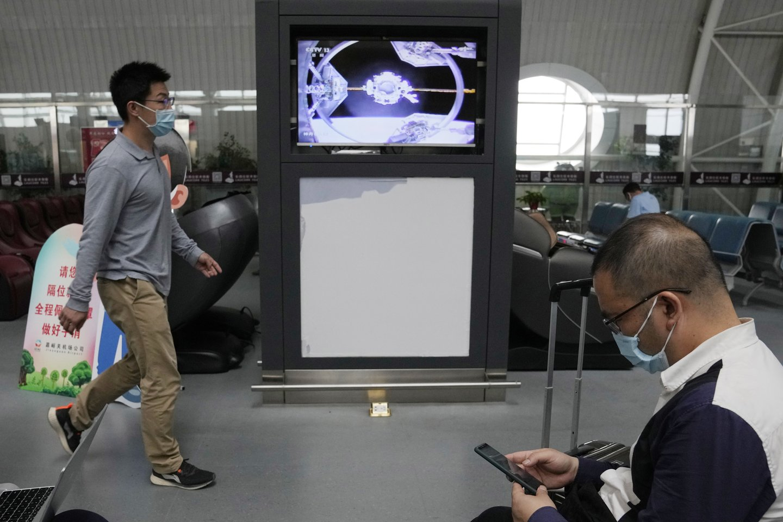 Erdvėlaivio ir stoties prisijungimo transliacija Kinijoje.<br>AP / Scanpix nuotr.