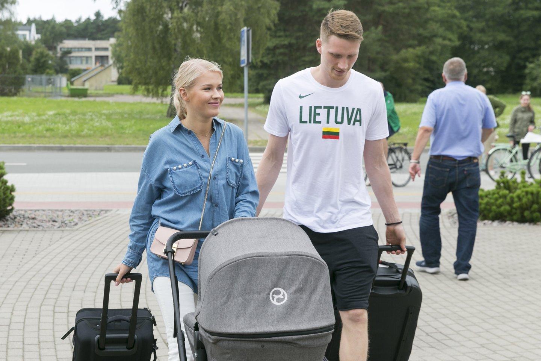 Marius Grigonis su žmona Salomėja ir pirmagimiu sūnumi.<br>T.Bauro nuotr.