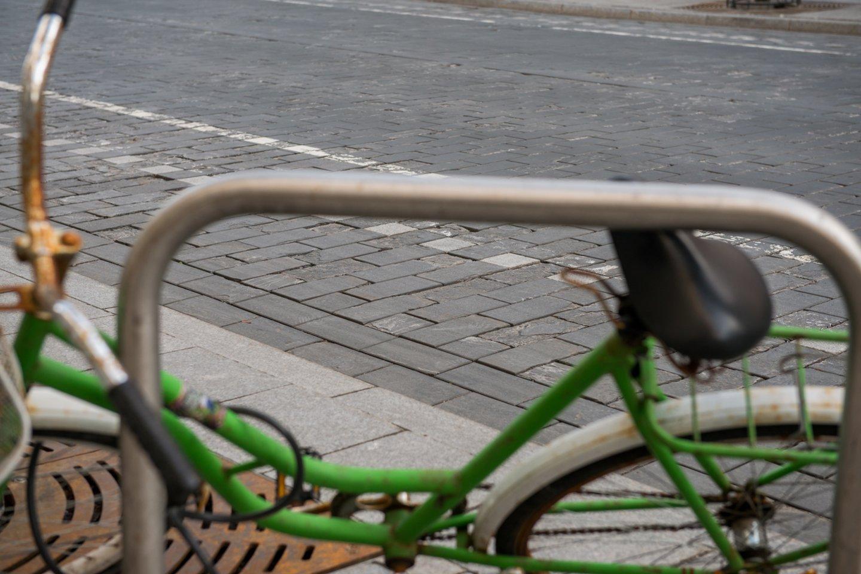 Atėjus vasaros sezonui, kretingiškiai susirūpinę, kada gi pagaliau bus pradėtas tiesti daugybę metų žadėtas dviračių takas.<br>J.Stacevičiaus nuotr.