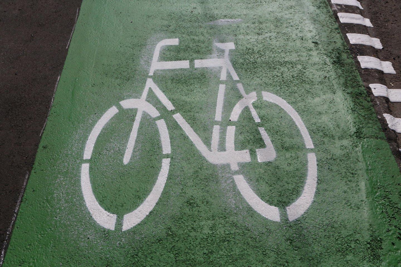 Atėjus vasaros sezonui, kretingiškiai susirūpinę, kada gi pagaliau bus pradėtas tiesti daugybę metų žadėtas dviračių takas.<br>M.Patašiaus nuotr.