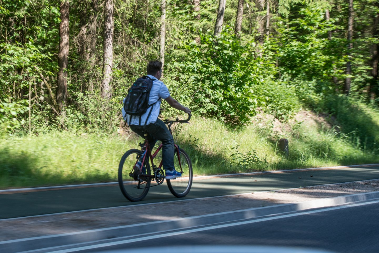 Atėjus vasaros sezonui, kretingiškiai susirūpinę, kada gi pagaliau bus pradėtas tiesti daugybę metų žadėtas dviračių takas.<br>V.Ščiavinsko nuotr.