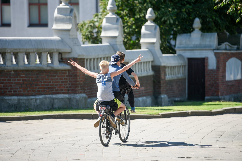 Atėjus vasaros sezonui, kretingiškiai susirūpinę, kada gi pagaliau bus pradėtas tiesti daugybę metų žadėtas dviračių takas.<br>D.Umbraso nuotr.