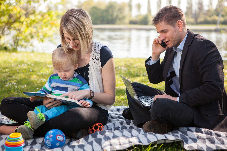 Nemažai Lietuvos įmonių taiko lankstų darbo grafiką, leisdamos darbuotojui pasirinkti patogesnį darbo laiką bei kitas galimybes, padedančias darbą derinti su šeima bei laisvalaikiu.<br>123rf asociatyvi nuotr.