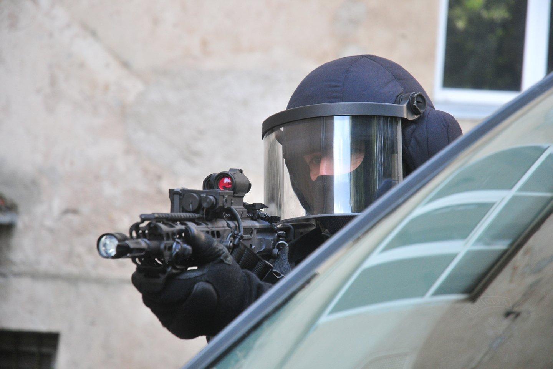 """Prie """"Švyturio"""" arenos lupikautojus suguldė ginkluoti """"Aro"""" rinktinės pareigūnai.<br>A.Vaitkevičiaus asociatyvi nuotr."""