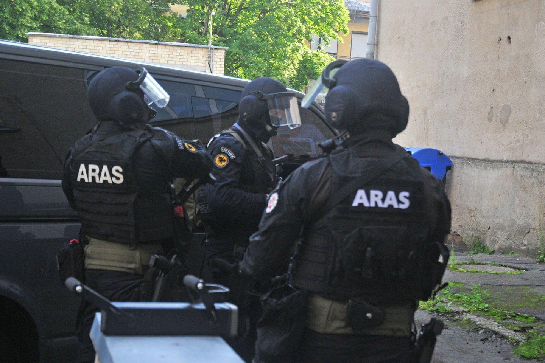 """Automobilių aikštelėje prie """"Švyturio"""" arenos lupikautojus ant grindinio suguldė ginkluoti """"Aro"""" rinktinės pareigūnai.<br>A.Vaitkevičiaus asociatyvi nuotr."""