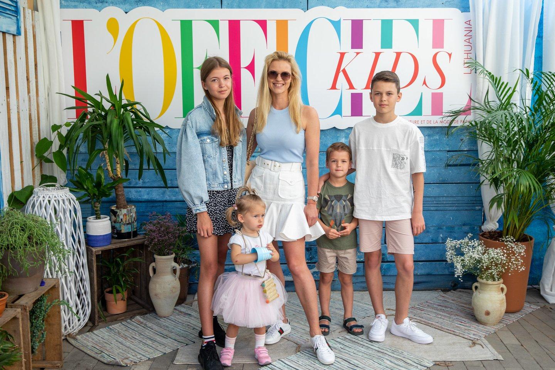 Vilma Javtokienė su dukromis Greta ir Smilte, sūnumis Simu ir Domu.<br>V.Ovadnevo nuotr.