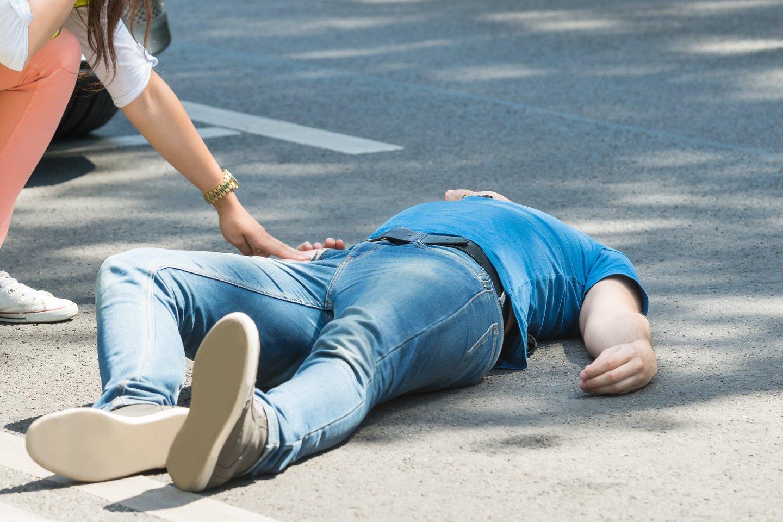Gatvėje gulinčiam vyrui padėti skubėjęs praeivis stebėjosi kai kurių aplinkinių elgesiu.<br>123rf.com asociatyvioji nuotr.