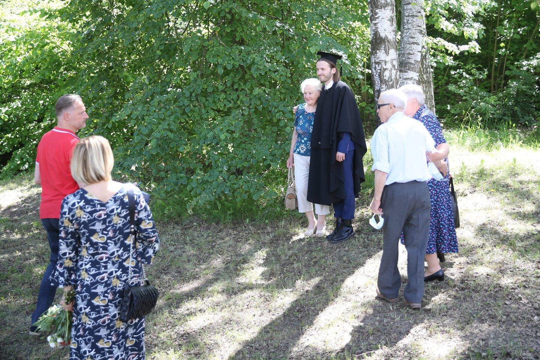 Diplomų įteikimo akimirka.<br>R.Danisevičiaus nuotr.