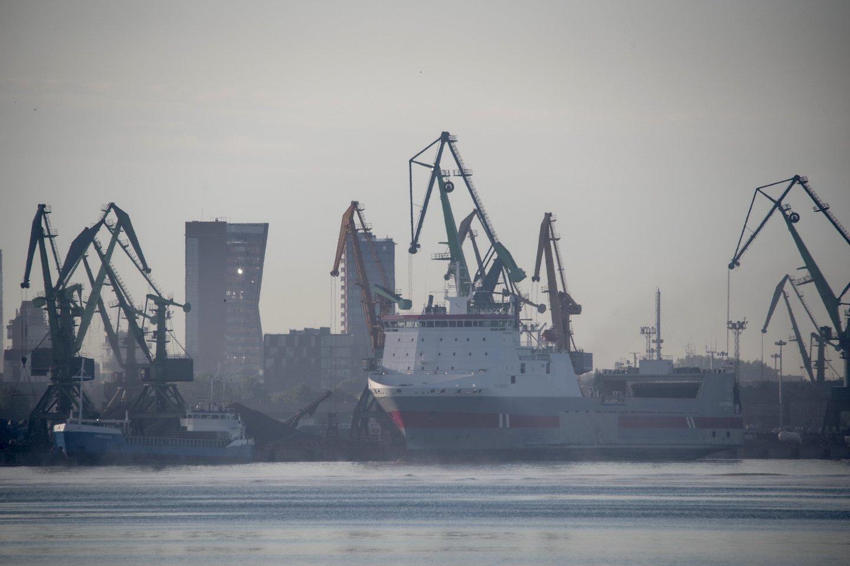 """Klaipėdos valstybinio jūrų uosto direkcija pranešė, kad ketvirtadienio pavakarę jūrų uosto akvatorijoje ties """"Vakarų laivų gamyklos"""" dokais pastebėta, pirminiais duomenimis, nedidelė naftos produktų dėmė.<br>V.Ščiavinsko nuotr."""