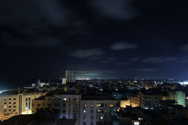 Virš Gazos Ruožo nesisklaido karo liepsnos.<br>AFP/Scanpix nuotr.