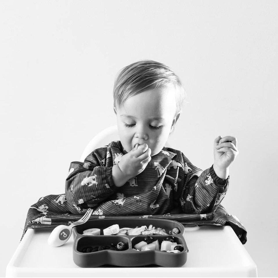 BLW būdu primaitinami kūdikiai skatinami maistą rankomis/įrankiais imti patys – tai lavina rankų, akių koordinaciją, leidžia mažyliams pradėti pažintį su maistu kai jie patys tam pasiruošę, padeda formuotis teisingiems mitybos įpročiams.<br>Asmeninio albumo nuotr.