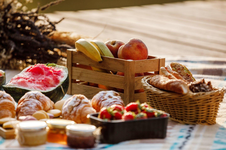 Neatsiejama pikniko dalis – skanus maistas, kuriuo patogu mėgautis gamtoje.
