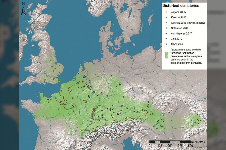 """Europos žemėlapis, kuriame pažymėta, kur tyrėjai identifikavo netrukus po palaidojimo pakartotinai atvertus kapus.<br>A Klevnäs / """"Antiquity"""" iliustr."""