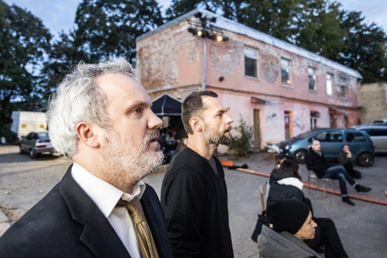 """Scena iš spektaklio """"Emigrantai"""". Aktoriai G.Savickas ir M.Čižauskas.<br>D.Matvejevo nuotr."""