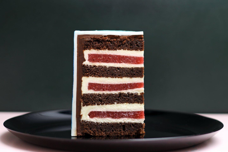 Šokoladinis tortas su baltojo šokolado, maskarponės kremu bei braškėmis.
