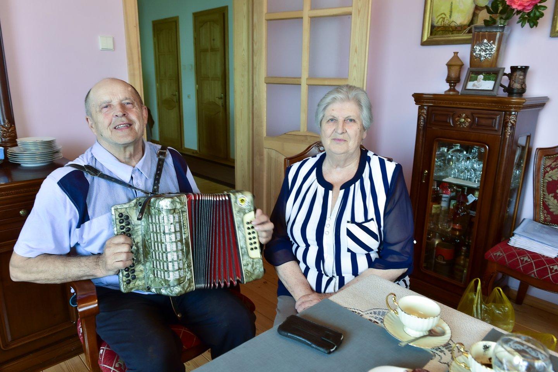 Kazimieras ir Vitalija Masilioniai jau atšventė auksines vestuves, jie susituokė prieš 54 metus.<br>V.Ščiavinsko nuotr.