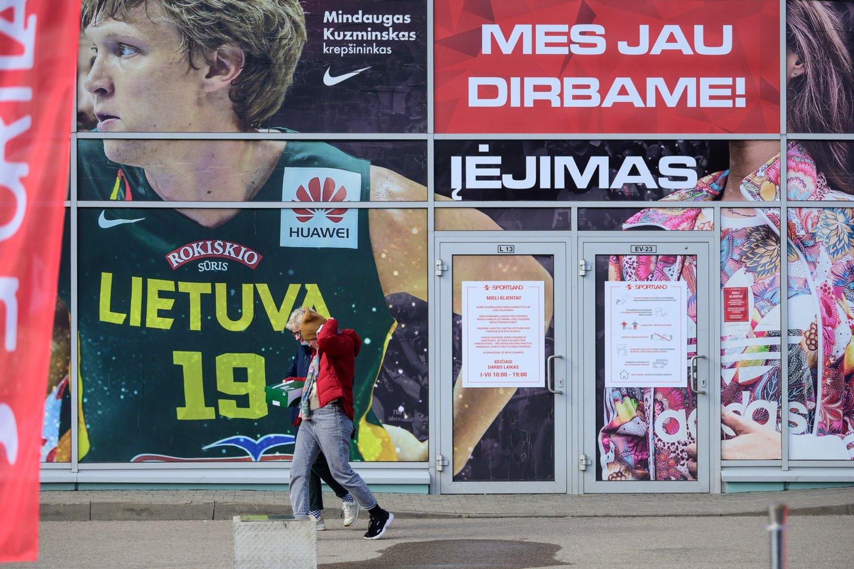 Net ir pasibaigus karantinui kai kurie ribojimai prekybos centruose vis tiek išliks.<br>V.Skaraičio nuotr.