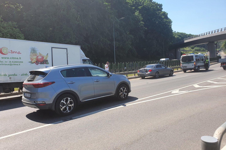 Susidūrus dviem sunkvežimiams ir automobiliui Vilniuje nukentėjo žmogus.<br>Įvykio liudininko nuotr.