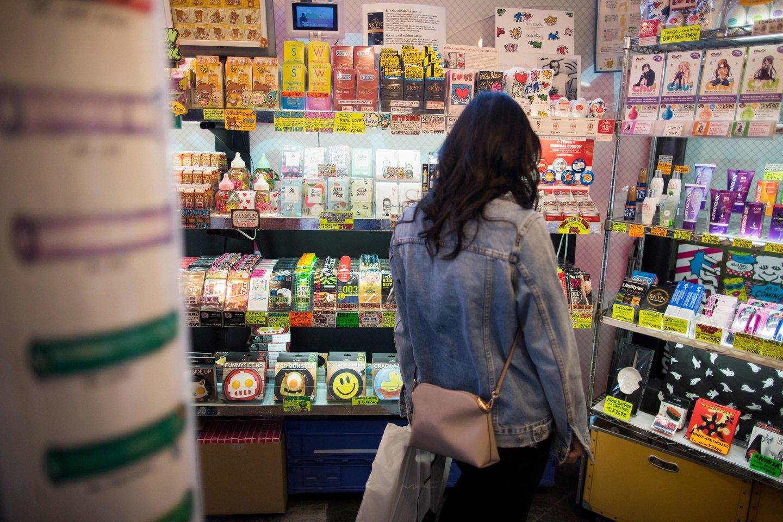 Japonai nežino, ką daryti: jei neišdalins 160 tūkst. prezervatyvų sportininkams, sulaužys ilgametę tradiciją.<br>AFP/Scanpix nuotr.