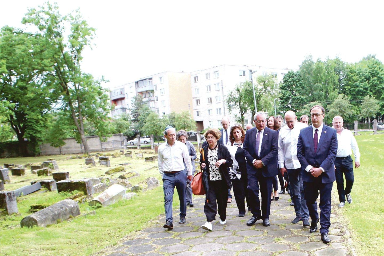 Svečiai iš JAV domėjosi, kaip atrodo senosios žydų kapinės ir kaip jas tvarkyti.<br>M.Patašiaus nuotr.