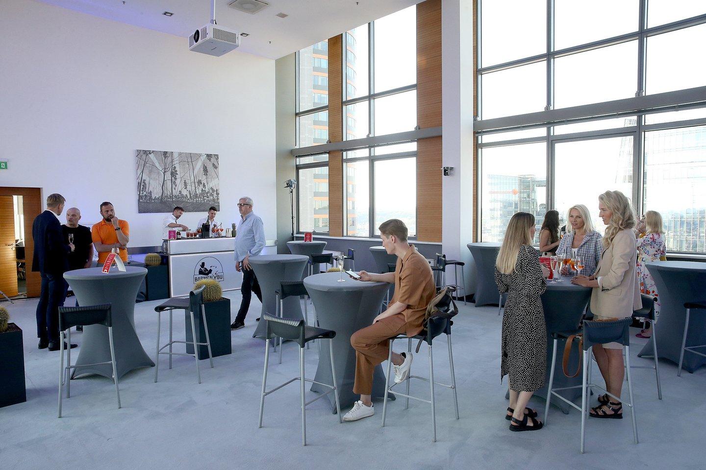Viršutinis Vilniaus savivaldybės pastato (Konstitucijos pr.3) aukštas išnuomojamas įvairaus pobūdžio renginiams – čia galės vykti konferencijos, susitikimai, organizuojamos parodos, fotosesijos ar socialinių projektų renginiai. Patalpos nebus nuomojamos asmeninėms šventėms.<br>R.Danisevičiaus nuotr.