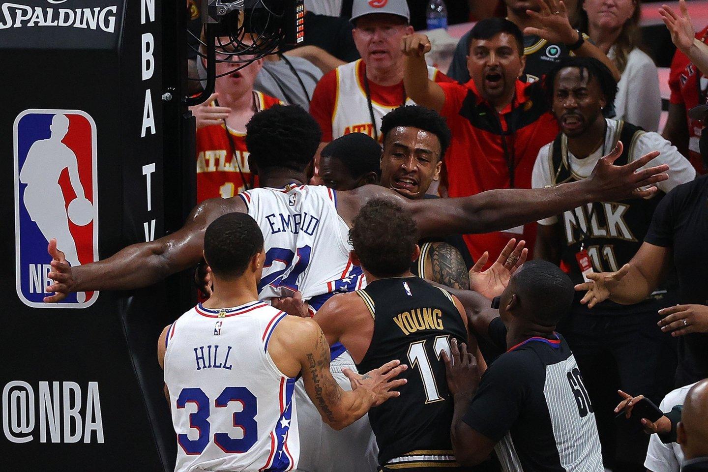 """Santykius aikštėje aiškintis pradėjo Filadelfijos atstovas Joelis Embiidas bei """"Hawks"""" žaidėjas Johnas Collinsas.<br>Reuters/Scanix.com nuotr."""