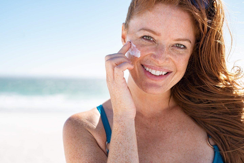 Odai apsaugoti pakanka kremų, kurių SPF yra daugiau kaip 30, tačiau dermatovenerologai dažnai rekomenduoja teptis kremais su 50 SPF, nes kremo dažnu atveju naudojame per mažai arba per retai.<br>123rf nuotr.
