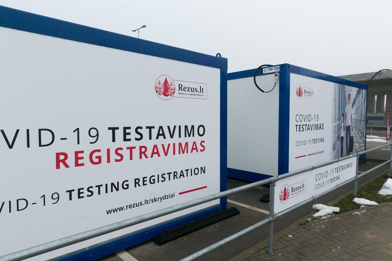 Koronavirusu persirgusiai šiaulietei vietoje saulėtos Turkijos naktį teko leisti Vilniaus oro uosto teritorijoje<br>T.Bauro nuotr.