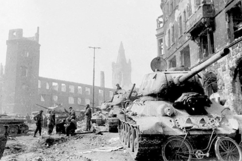 Sovietų tankai T-34 centrinėje Karaliaučiaus dalyje.<br>Leidėjų nuotr.
