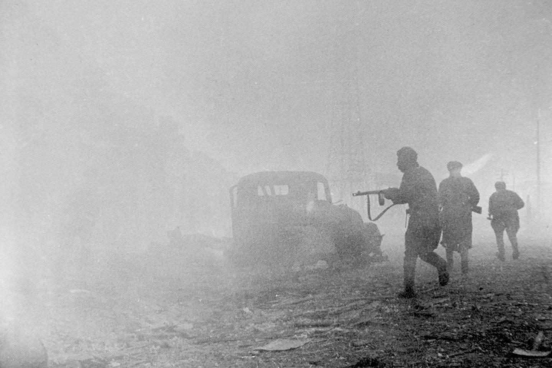 Priešakinių raudonarmiečių padalinių kareiviai užimto Karaliaučiaus gatvėse.<br>Leidėjų nuotr.