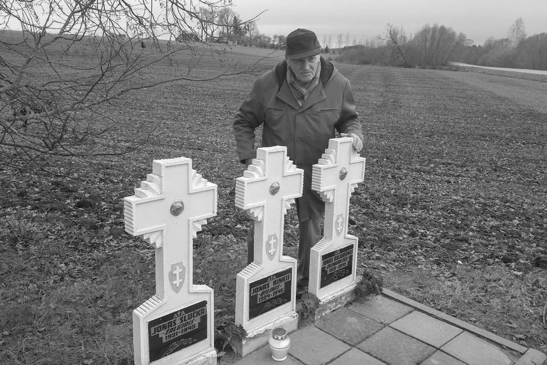 Jonas Kadžionis pagerbia partizanų kovos draugus, Kavarsko r., 2016 m.<br>J.Kadžionio ir LGGRTC archyvo nuotr.