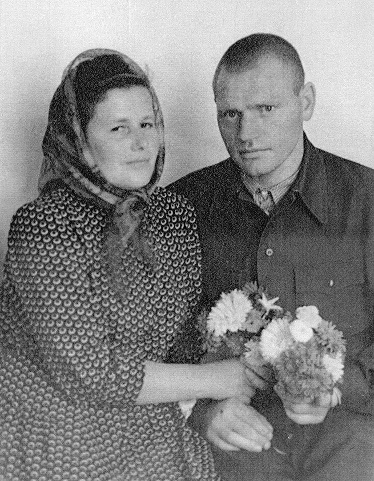 Jonas ir jo žmona su gėlėmis rankose. 1959 m. Irkutsko srityje, Čuna  lageryje Nr. 19. Slapta daryta nuotrauka fotoaparatu, kurį nelegaliai  įvežė lageryje kalėjusio ukrainiečio seserys.<br>J.Kadžionio ir LGGRTC archyvo nuotr.