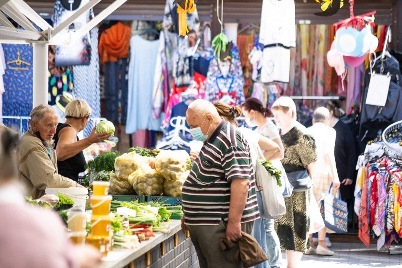 Panevėžio turguje jau galima įsigyti ir vasaros gėrybių.<br>R.Ančerevičiaus/jp.lt nuotr.