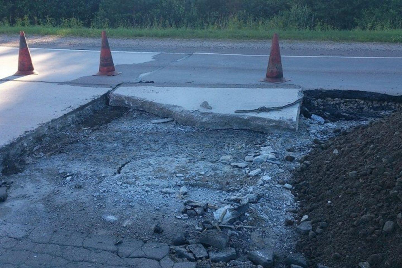 Lietuvos automobilių kelių direkcija informuoja, kad dėl itin aukštos orų temperatūros deformavosi betono plokštės.<br>Pranešėjų spaudai nuotr.